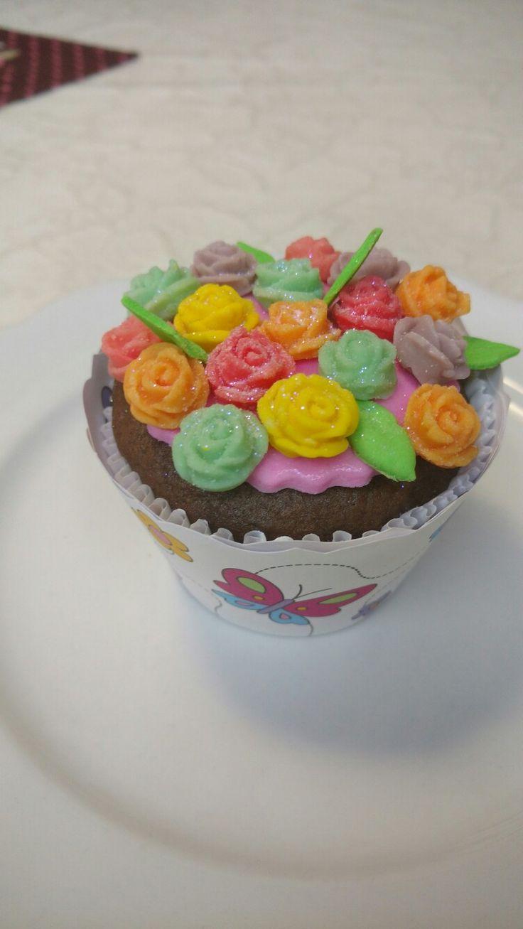 Cupcakes com rosas em pasta de leite ninho.                                                                                                                                                     Mais