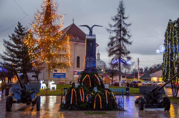 """""""Oamenii din toată România sărbătoreau. Trecuseră abia câteva zile de la adunarea de la Alba Iulia, când Transilvania, Banatul, Crișana, Maramureșul și Sătmarul s-au unit cu Regatul României. Și cei din Târgul Lăpuș au ieșit în curtea școlii din piața centrală. Se bucuram împreună, cântau. """"  Continuarea poveștii o găsești pe: http://zigzagprinromania.com/lapus-monument/"""
