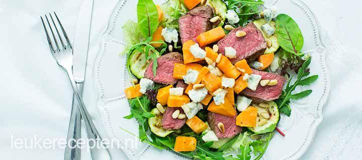 Goed gevulde salade met zoete aardappels, biefstuk en gorgonzola onder de 500 calorieen