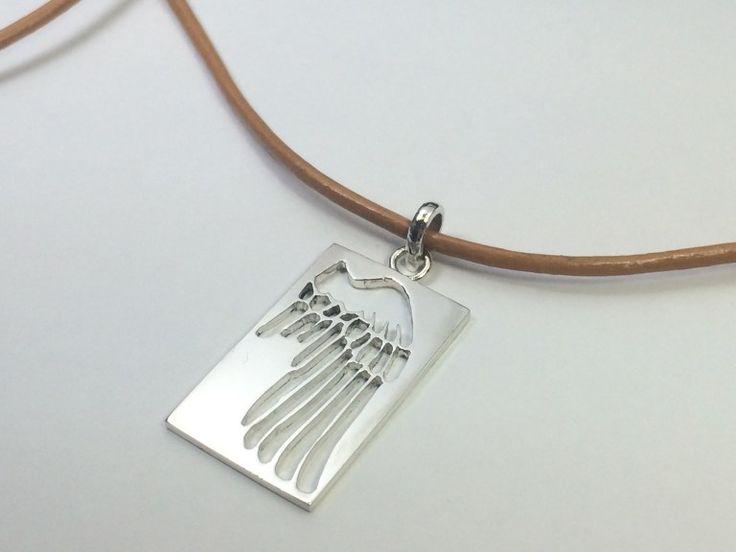 シルバーの羽モチーフのペンダントヘッドです。