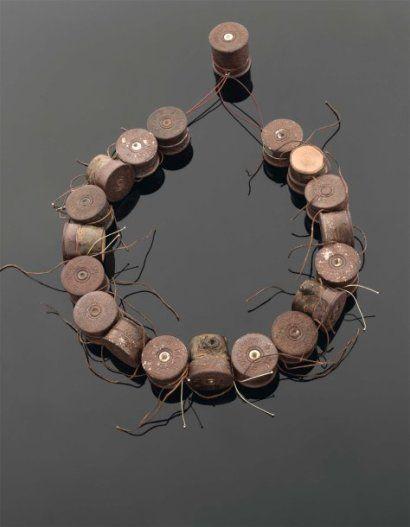 MARIANNE ANSELIN    « Bartavelle » 2009 - Collier composé d'éléments formés par des assemblages de cartouches en métal patiné et cerisier du Japon, fil de lin et fil d'or. Monté sur câble d'acier gainé. Réalisé en deux exemplaires, légèrement différents. Monogrammé.