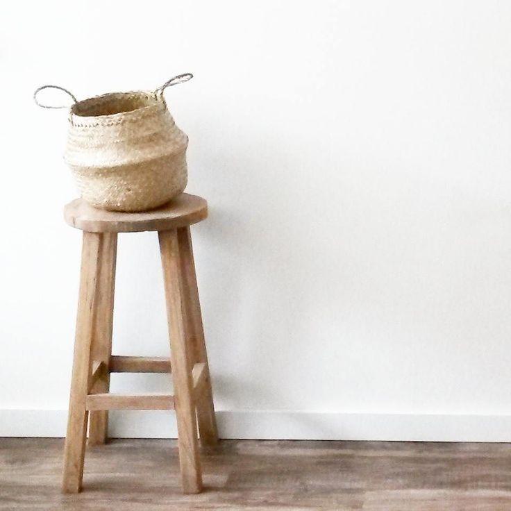 B r o w n s t y l e - decoratie in de woonkeuken krukje is van @leenbakker en de rijstmand van @dilleenkamille #krukje #kruk #leenbakker #mand #dilleenkamille #decoration #decoratie #bruin #interior4all #wit #hout #wood #neutral #neutraal #landelijkwonen #rijstmand by laurakardol
