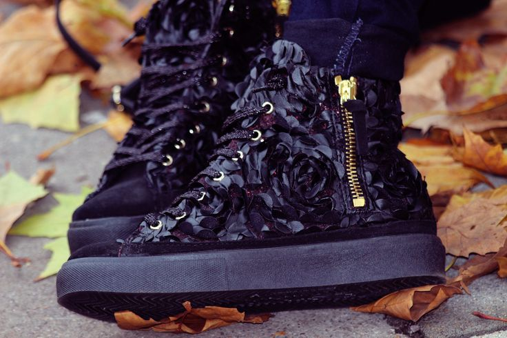 Sneakers fiorato nero #2starcollection #womancollection #2star #shoes #instagood #instalove #happy #amazing #love #wintertime #shoppingonline