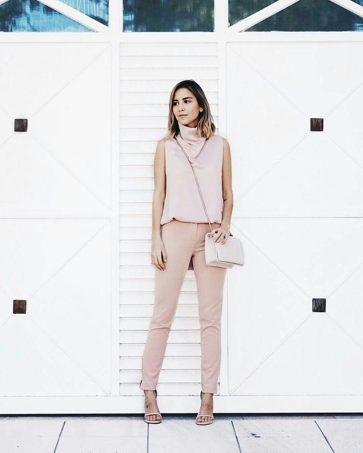 Luisa Accorsi, conjunto blusa gole rolê, calça de alfaiataria e sandália de tira rose quartz.