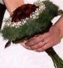 Ramo de Novia con rosas de color granate oscuro , o la rosa negra, o la variedad Black Magic, una rosa muy exclusiva para una Novia de hoy en día que se atreva a llevar un ramo de Novia tan Especial. www.floresdelduero.com