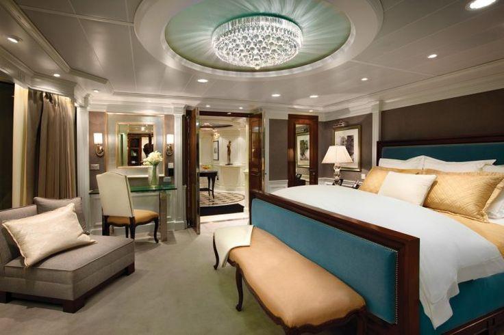 большая спальня с современной осветительной арматуре