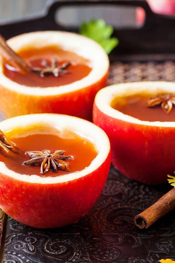 En esta temporada de frío, prepara una deliciosa infusión de manzana.   Primero cortamos la parte superior de 1 manzana y sacamos la carne de la fruta con una cuchara dejando 10 mm de grosor en los bordes.  Después ponemos 1 litro de agua en una olla a fuego medio, agregamos la pulpa de la manzana, ralladura de naranja y 2 rajas de canela.   Cuando esté a punto de hervir, agregamos el jugo de media naranja y 1 chorrito de Vainilla Molina.   Colamos y servimos caliente en la manzana hueca.