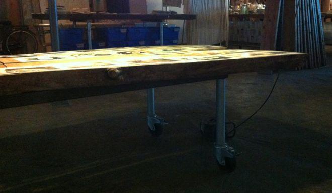 Robuuste kantoortafels. Blad van dik hout, onderstel ijzeren constructie met wielen.