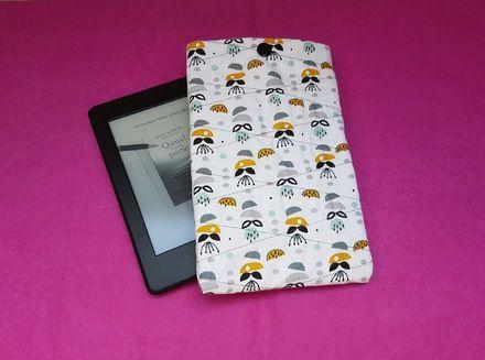 Housse/pochette pour liseuse électronique 100 % coton entièrement fait mains.   Elle est cousue avec deux tissus différents : à l'extéreiur tissu blanc tendance motifs abstr - 20651748