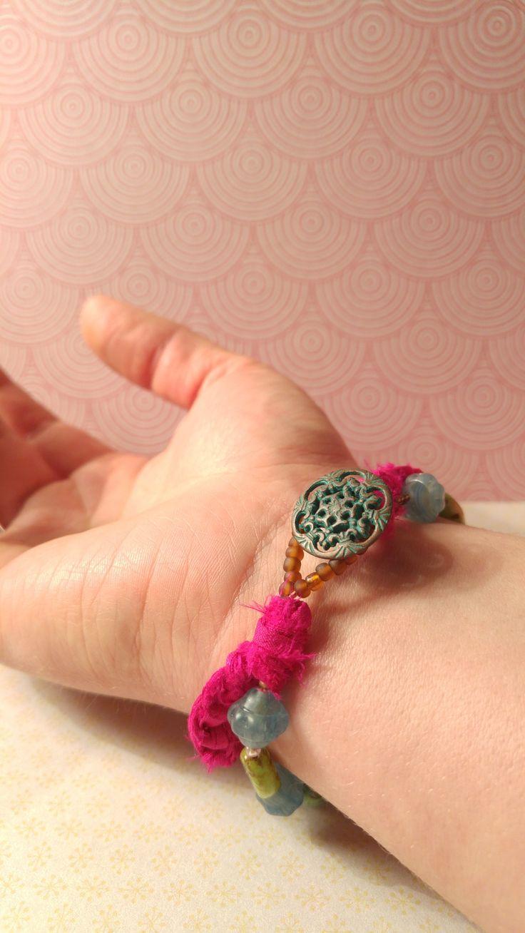 Ibiza Boho Organic vrolijke armband, Tsjechische glaskralen, antieke patina knoop sluiting, Sari Silk via Birdie Accessoires