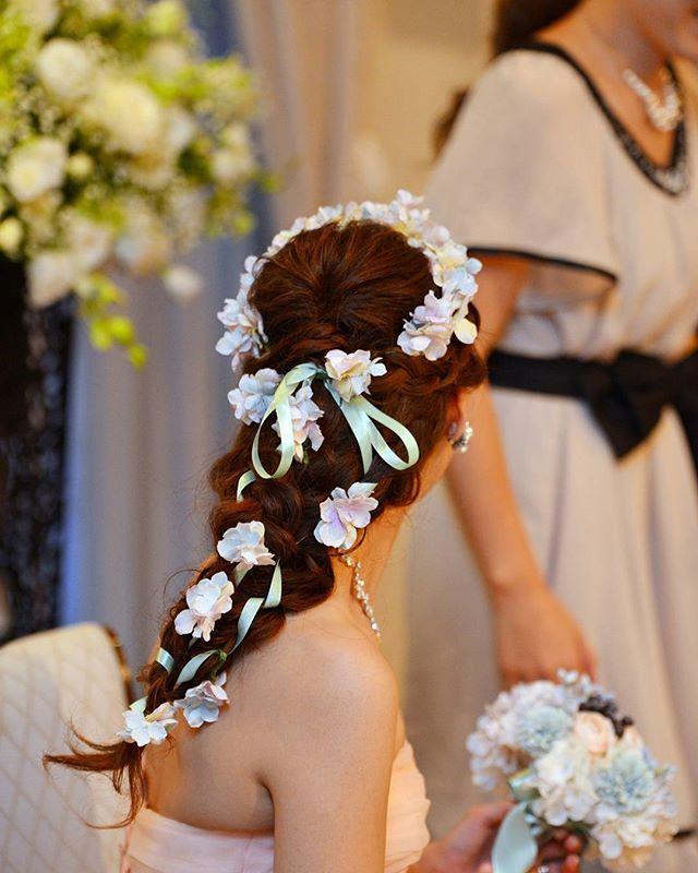 . marryに#ラプンツェルヘア のが載ってたので 私もあげちゃう♡ 前にも載せたけど単品載せ(笑) #花冠 ってか#花カチューシャ ? 頭が小さめなせいか 花冠だとアホっぽくなったので(笑) 耳上まで。 リボンは長めで 髪の毛の中に一旦入れて 後ろで結んで 髪の毛と一緒に編んでもらいました✨ お花はブーケと同じ 淡い紫とブルーの紫陽花です #プレ花嫁 #卒花嫁 #結婚式レポ #wedding #結婚式 #披露宴 #お色直し #ahflowers #ノリタケの森 #ノリタケウェディング #ky20150905wedding #脇のはみ肉は見ないで
