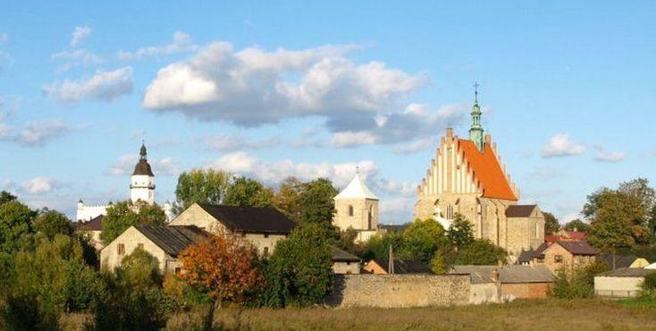 """Szydłowiec - jedno z najpiękniejszych i najciekawszych miasteczek w Polsce. Pełno tu zabytków: jest i wczesnorenesansowy, magnacki zamek i XVII-w. ratusz, XIX-w. budynek Hotelu pod Dębem, a także gotycki kościół pod wezwaniem św. Zygmunta o którym mówi się, że """"w Szydłowieckiej farze są złote ołtarze"""". W Szydłowcu o losach kraju, przy partyjce pokera, decydowały najważniejsze osoby w ówczesnej Polsce: król Zygmunt Stary oraz właściciele Szydłowca – Mikołaj oraz Krzysztof Szydłowieccy."""