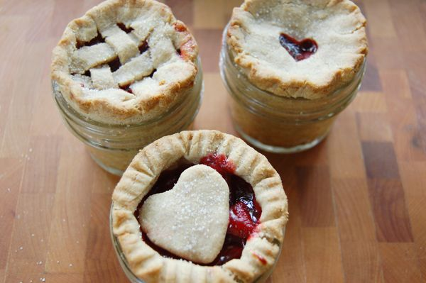 tiny pies in masson jars -- favor idea