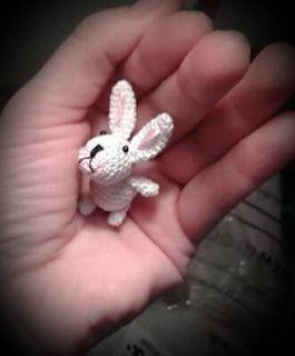 Patrón amigurumi gratis de mini conejito. Espero que os guste tanto como a mi! Idioma: Inglés Visto en la red y colgado en mi pagina de facebook: http://www.ravelry.com/patterns/library/hase—bunny Os pongo también su foto para que veáis como queda: