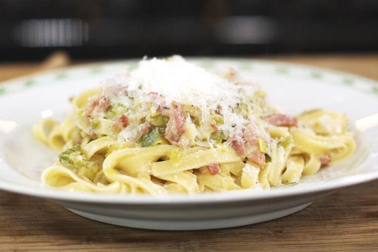Pancetta is een van Jeroens favoriete smaakmakers. Het is gekruid Italiaans spek dat allerhande pastagerechten net dat ietsje meer geeft. Jeroen zet deze keer fettuccine op het menu, een pasta in de vorm van fijne lintjes. Met een portie smakelijke prei erbij zet je in geen tijd een top-gerechtje op tafel.