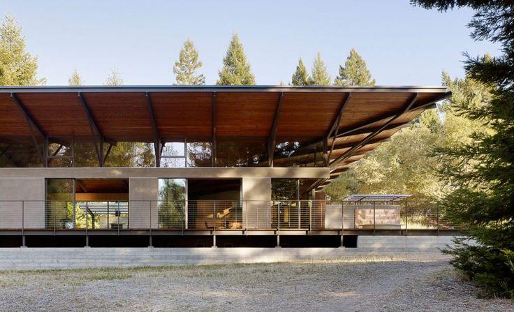 Архитектура лесного дома: динамичная крыша и открытая веранда