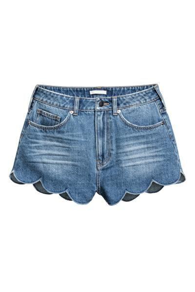 Shorts a 5 tasche in denim lavato. Vita alta e bordo smerlato. Patta con bottone e cerniera.