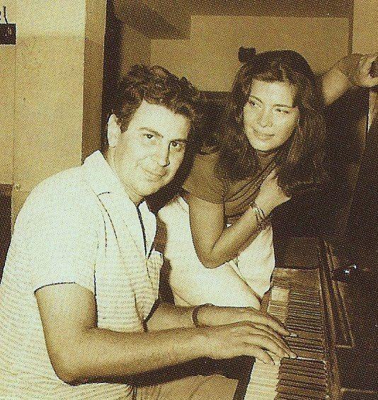 """Μίκης Θεοδωράκης και Τζένη Καρέζη στις πρόβες της παράστασης """"Η γειτονιά των αγγέλων"""" (1963)"""