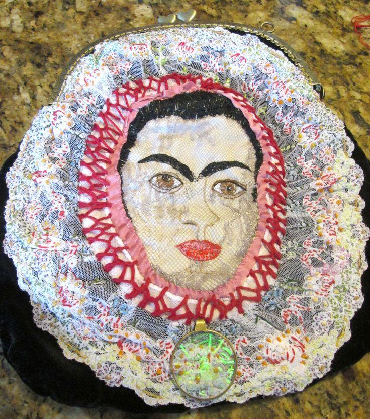 L'oggetto finito è una borsetta montata su una chiusura clip clap. Ho utilizzato un velluto nero per supporto al ritratto di Frida, eseguito con l'applicazione di stoffe e pizzi , ricamando particolari del viso e decorazioni . Naturalmente è un pezzo unico.