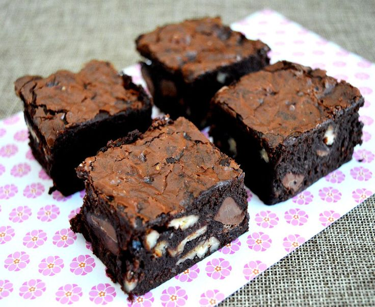 Glædelig international chokoladedag! Vi fejrer dagen med at bringe en opskrift på den absolut bedste chokoladekage, vi kan komme i tanke om. Den er klæg, mørk og med masser af knas – enhver chokoladeelskers drøm!