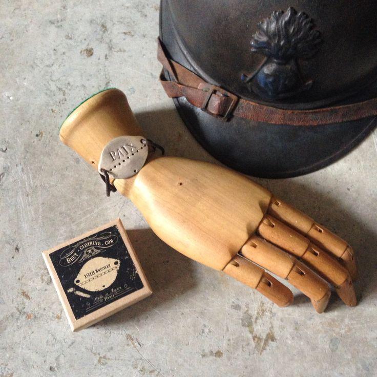 Historiske vingesus. Hjelm og hundetegn fra 1. Verdenskrig #ww1 #nametag #helmet #armyhelmet #1914