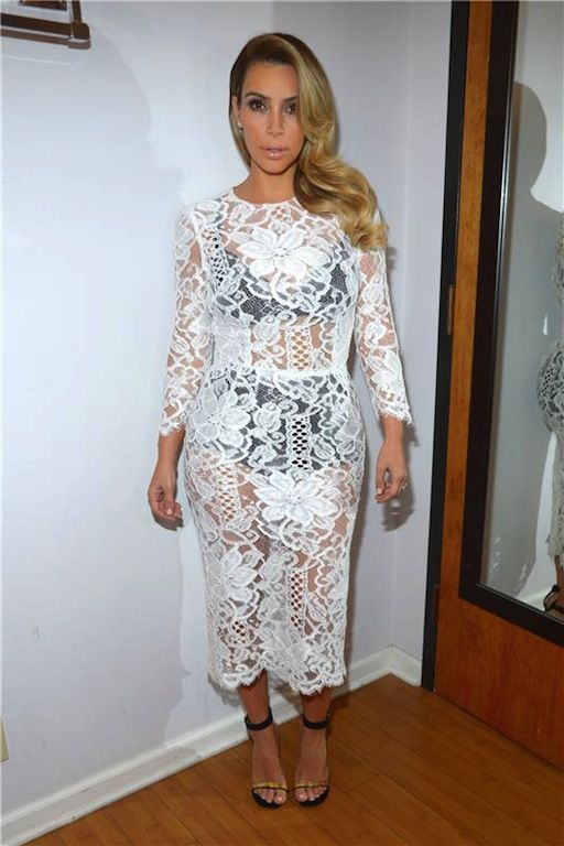 Kim Kardashian:  H Kim Kardashian, λίγους μόλις μήνες αφού γέννησε την κόρη της εμφανίστηκε εμφανώς αδυνατισμένη στην τηλεοπτική εκπομπή The Tonight Show With Jay Leno φορώντας ένα Dolce & Gabbana φόρεμα από δαντέλα και μαύρα εσώρουχα από μέσα.