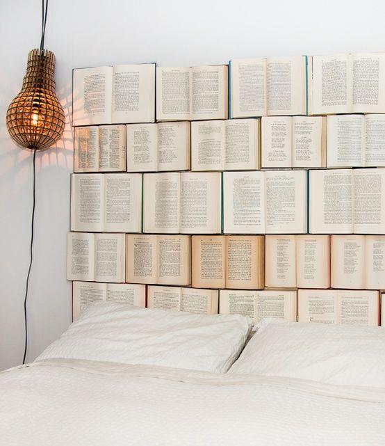 Schöne Bücherwand ♥ was man mit alten,nicht mehr gebrauchten Büchern, einem großen Holzbrett und paar Nägeln alles machen kann. Bücher einfach in der Mitte aufschlagen und auf beiden Seiten mit mehreren kleinen Nägeln an das Holzbrett hämmern. Fertig :) (gefunden auf: recyclart.org)