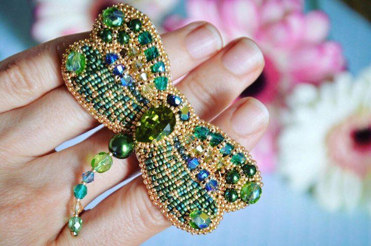 BROOCH DRAGONFLY SWAROVSKI Emerald Exclusive Jewelry Accessories broche libellule brodée unique emerald gold par JewelrybeadsTresors sur Etsy https://www.etsy.com/fr/listing/564778357/brooch-dragonfly-swarovski-emerald