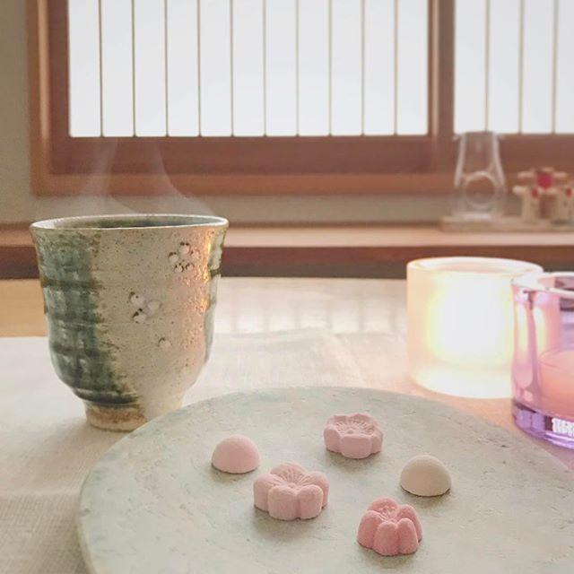 WEBSTA @ ryokusui_sabo - おはようございます。今日は曇り空の太宰府です。今朝は季節限定の春ほのかを。抹茶の原料となる碾茶と深むし茶をブレンドした香り高いお茶で春の訪れを感じさせてくれます。春のお茶に和三盆の梅の花を添えてみました。上品な甘みがすうっと溶けてゆきます。そろそろ太宰府の梅も見頃を迎えていますよ。では、今日も穏やかな一日を。
