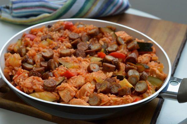 Przepyszne danie jednogarnkowe. Kompilacja warzyw, ryżu i dwóch rodzajów mięsa tworzy doskonałe danie