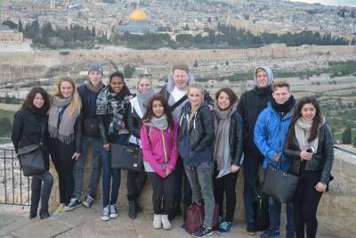 Lambertseterelever i Palestina: 11 elever og fire lærere fra Lambertseter er for tiden på en ukes utvekslingstur til Ramallah på Vestbredden. I tillegg til å være på vennskapsskolen School of Hope besøker elevene kjente steder i Nablus, Betlehem og Jerusalem. De bor hjemme hos palestinske familier og får førstehånds kjennskap til konflikten i Midt-Østen. I mai kommer de palestinske elevene på gjenvisitt til Norge.