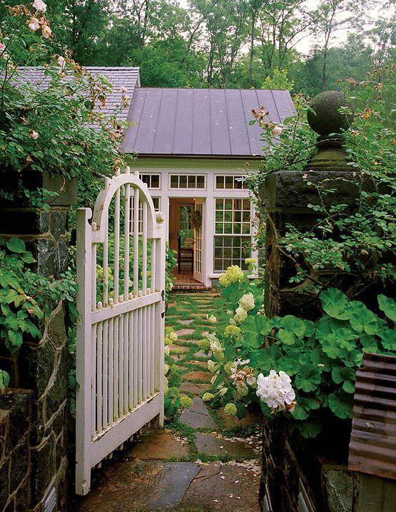 Cottage garden gate: Gardens Design Idea, Secret Gardens, Modern Gardens Design, Stones Paths, Gardens Gates, Cottages, Backyard Gardens, Interiors Gardens, Dream Gardens