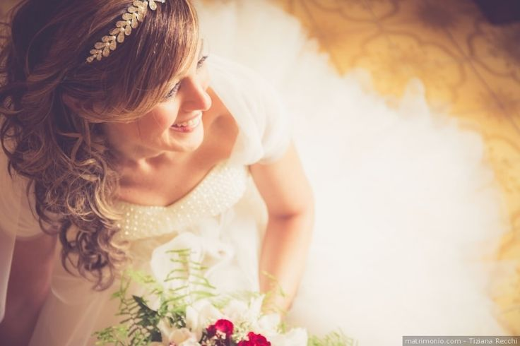 Acconciatura da sposa per capelli semiraccolti con diadema
