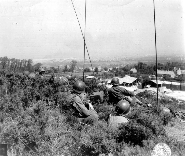 Cet photo a été prise le 25 juin 1944 au sud de Cherbourg, près de la Pierre Butée (secteur de la 79th Infantry Division). Des officiers des trois divisions (4th, 9th et 79th), des observateurs d'artillerie, sont là pour régler le tir des régiments d'artillerie de leurs divisions respectives, mais aussi pour régler celui de la marine alliée qui ouvre le feu sur les positions allemandes de Cherbourg en ce 25 juin 1944.