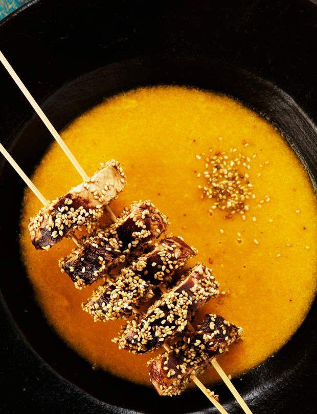 Potage carotte-poireau au gingembre, brochettes de pouletRetrouvez la recette du potage carotte-poireau au gingembre, brochettes de poulet.Conseil minceur: on limite les graines de sésame au minimum!Recette issue de l'ouvrage Ma cuisine 100 % nature, Pascale Naessens, éd. Solar.
