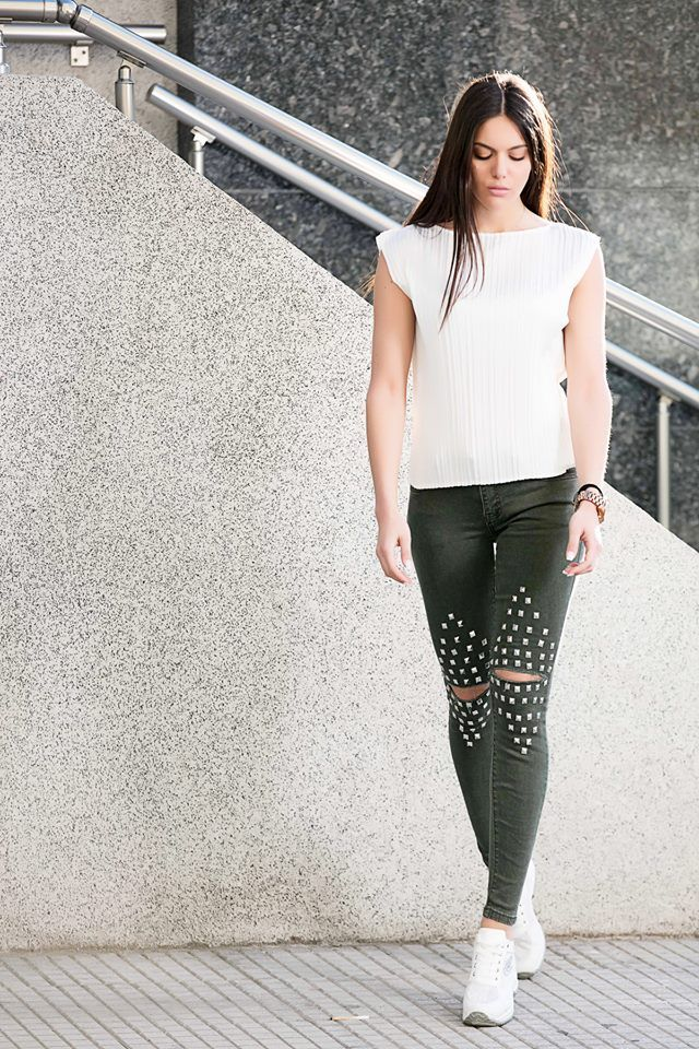 Regular fit. Elastic skinny jeans with five pockets. Front zip and button fastening. Knee rips with studs detail. 62% Cotton. 32% Polyester. 4% Viscose. 2% Elastan. https://www.modaboom.com/clothes/elastiko-tzin-panteloni-me-trouk/