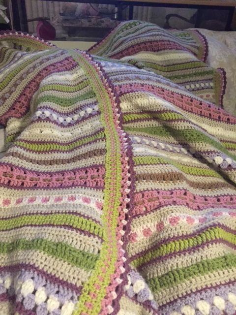 CAL 2016, samen met duizenden vrouwen dezelfde deken gehaakt. Dik tevreden met die van mij. Patroon Joke ter Veldhuis.