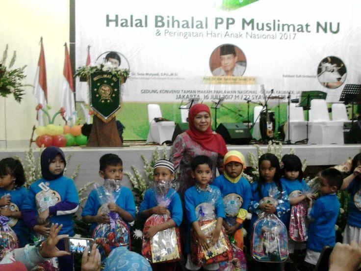 Khofifah Beri Bingkisan pada 200 Anak PAUD dan 100 Lansia