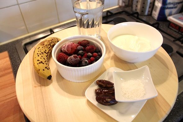 ~ Bevroren rode vruchten, banaan, yoghurt en/of kwark, dadels, kokosrasp, water