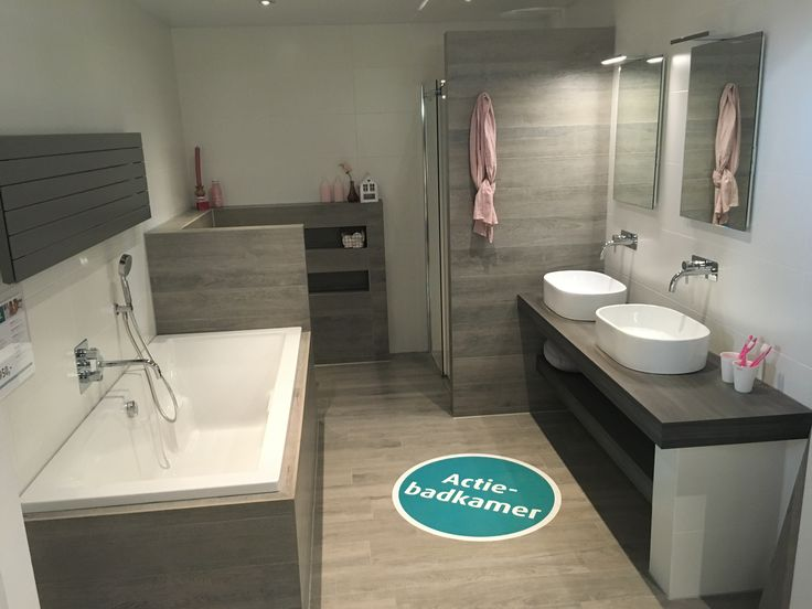 Complete badkamer.Alles inbegrepen, behalve plafond en tegels.