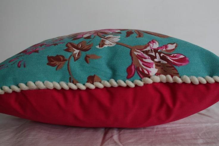 Almohadón de tela importada. Diseño de flores fuccia y turquesa. Tela de fondo lisa con cierre y almohadón de relleno para lavar fácilmente. Valor $140. Medidas 40cm x 40cm