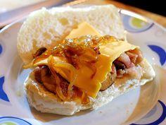 Broodje hotdog met bacon, champignons en kaas