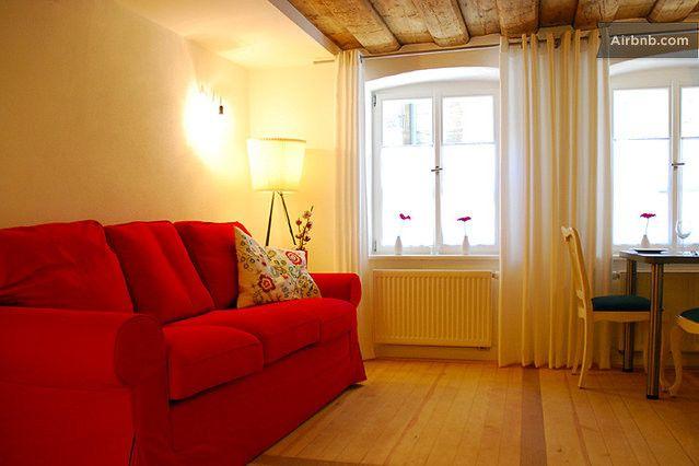 Wohn-Essbereich   Esstisch mit bis zu vier Stühlen   bequemes Schlaf-Sofa mit Ausziehfunktion (140 x 200 cm)   Satelliten-Flachbild-Ferseher...