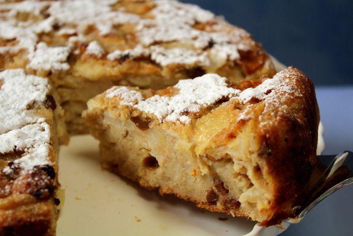 """Pane raffermo da riciclare? La ricetta della """"Torta di pane al microonde"""" vi permetterà di riutilizzarlo senza sprechi. Questo dolce di origini lombarde, popolare, ha numerose varianti. Laricetta che segue è insaporita da datteri, pinoli, mandorle e altra deliziosa frutta secca! Tempo di preparazione: 30minuti Tempo di cottura: 16minuti + 10 di riposo Ingredienti per 1 torta:   200 g. di pane raffermo   pangrattato   100 g. di zucchero   2 uova   40 g. burro   3 dl. di latte   2 dl. di…"""
