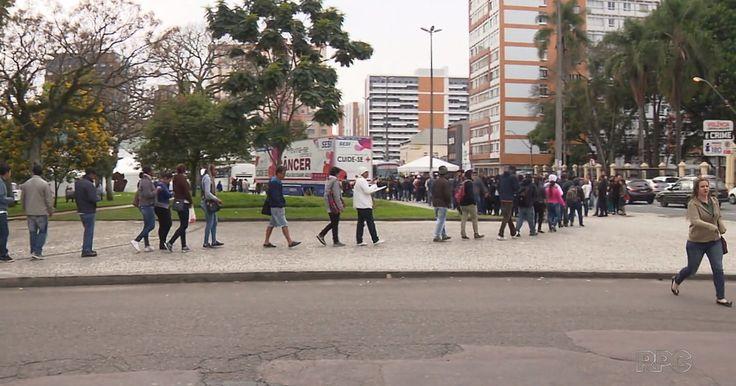 Procura por emprego forma filas na Feira do Trabalhador em Curitiba