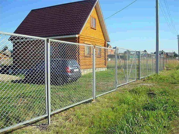 Забор для дачи из сетки рабица.