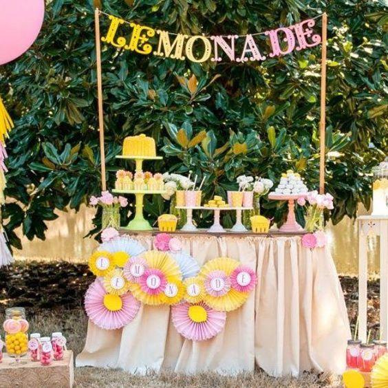 """Nada combina melhor com uma festa infantil doque o tema """"limonada""""! As decorações de festa limonada normalmente usam as cores rosa, pink e amarelo, e combinam perfeitamente com um ambiente ao ar livre. O suco de limão, além de ser uma delícia, vai ajudar a refrescar um pouco o calor do verão. E os doces […]"""