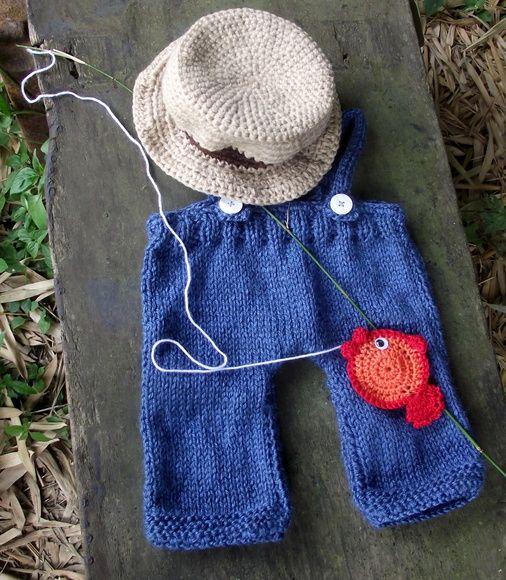 Conjunto de calça com suspensório em tricô, peixinho e chapéu em crochê. cor - azul, bege, marrom, vermelho e laranja ( pode ser feito em outras cores). tamanhos - 0 a 3 / 3 a 6 / 6 a 9/ 9 a 12 meses frete por conta do comprador. R$ 99,90