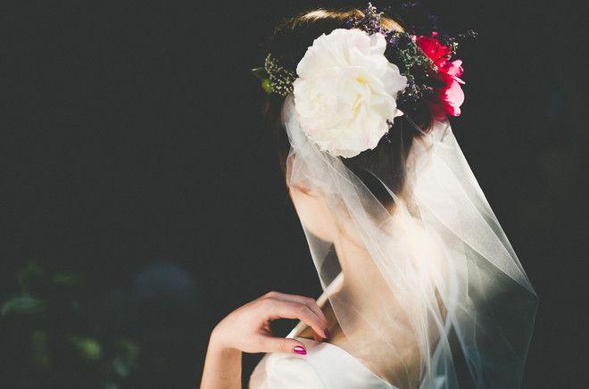 Brautfrisur mit Blumenkranz und Schleier zum schlichten Hochzeitskleid mit Trägern und Ärmeln (www.noni-mode.de - Foto: Le Hai Linh)