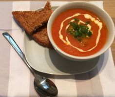 Tomatensoep met Ballen. Deze zelfgemaakte tomatensoep met ballen zet je binnen 45 minuten op tafel. Lekker, snel en ontzettend smaakvol